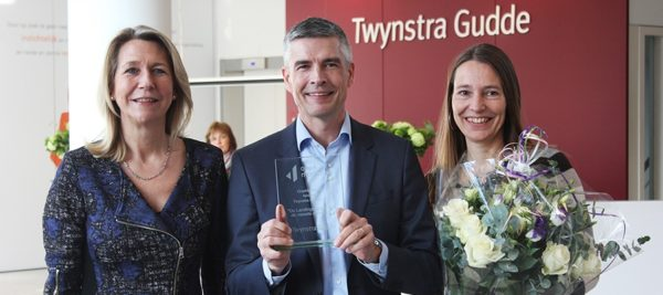 Ellen Peper (chairman of the board), Huub Raemakers (partner) and Patricia de Broekert (marketing) receive the Content and inbound marketing award