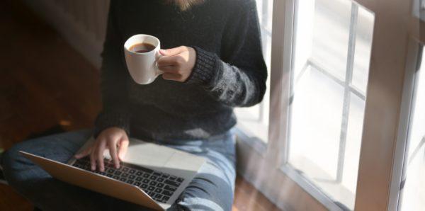 vrouw met laptop en koffie